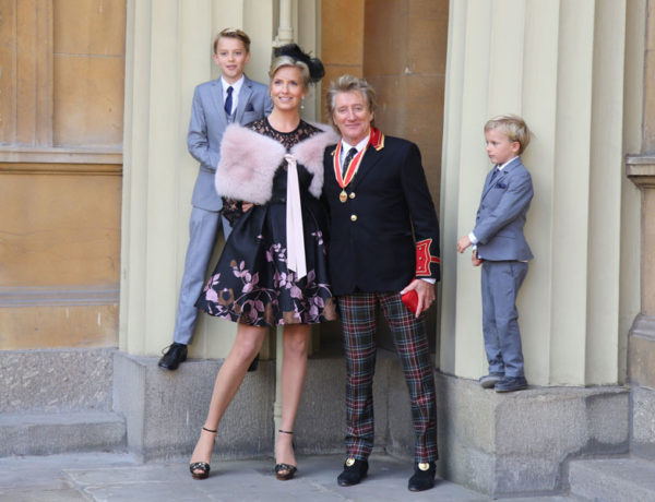 Rod Stewart acompañado por su familia a Buckingham Palace