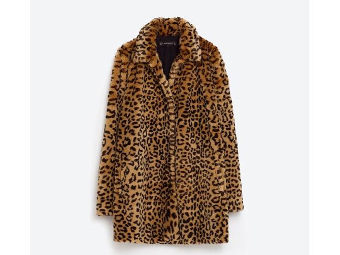Abrigo estampado animal-print de Zara.