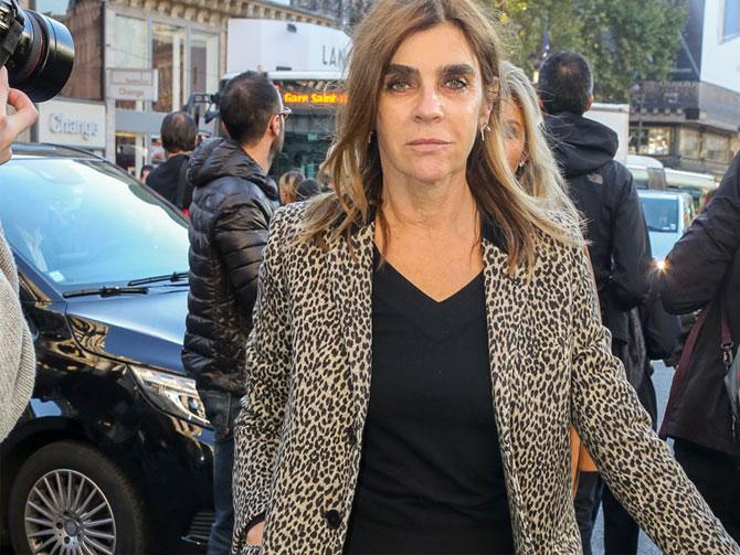 Carine Roitfield , lleva un abrigo animal-print y se viene de vinos con nosotros. Ella es Babú.