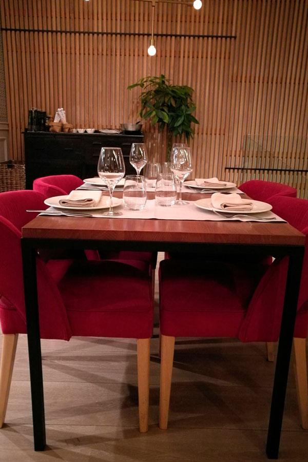 Mesa sala interior restaurante Ornella Madrid