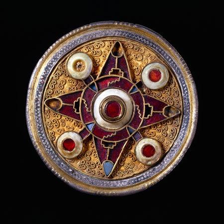 Broche de wingham-575-625. Inglaterra plata dorada granates-vidrio azul concha c-the trustees of the BrItish museum-201