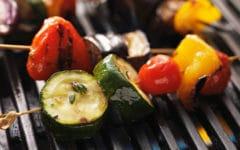 Unas deliciosas verduras al horno, son parte esencial de la receta de la escalibada. Foto:gtres