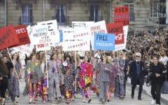 Marcha feminista de Chanel capitaneada por la modelo Cara Delevingne y el diseñador Karl Lagerfeld. PV2015