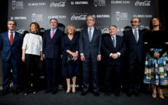 El ministro Íñigo Méndez de Vigo y Manuela Carmena con el periodista Luis María Ansón durante la 11 edición de los premios de teatro Valle Inclán 2017