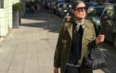 Veronique Tristam nos muestra en su cuenta de instagram cómo llevar un pañuelo anudado al cuello con estilazo