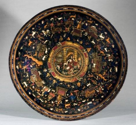 Batea. Peribán, Michoacán, México. Laca mexicana sobre madera. h. 1650. Nueva York, The Hispanic Society of America.