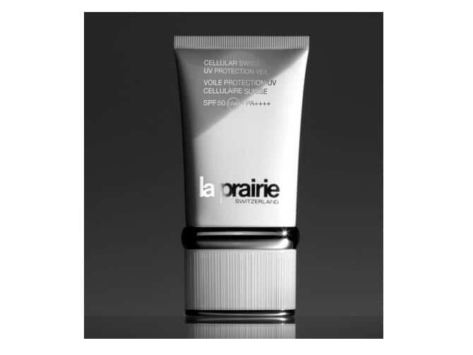 Cellular Swiss UV Protection Veil SPF50 de La Prairie protege e ilumina. Se desliza sobre tu piel con la ligereza de un soplo de aire fresco, ofreciéndote una poderosa protección. Inigualable.Suficientemente fina como para utilizarse sobre tu tratamiento hidratante, este velo se convertirá en tu mejor compañero antiedad. Aplícala cada día después de tu hidratante favorito, para completar el ritual de tratamiento de belleza. Deja penetrar completamente antes de aplicar el fondo de maquillaje. (165€)
