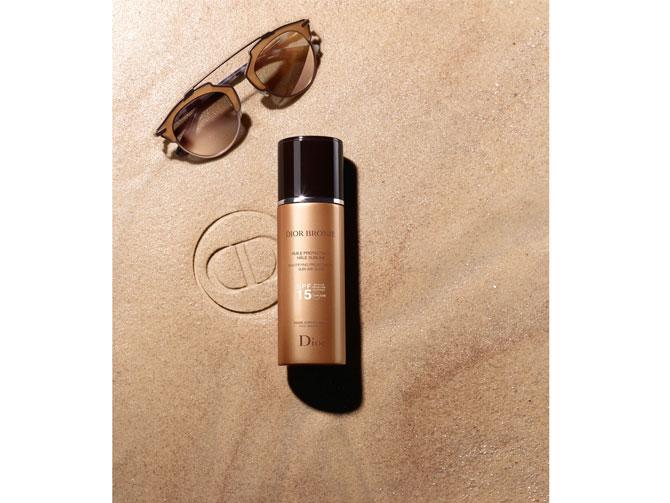 Huile Protectrice Hâle Sublime SPF 15 de Dior. Por primera vez en Dior, un aceite solar ofrece una doble acción protectora y sublimadora sobre el rostro, el cuerpo y el cabello, protegiéndolos de la sequedad y previniendo los efectos nocivos de los rayos UVA/UVB. No graso y sedoso, ofrece una sensación de ligereza y frescor. Al instante, su textura ligera y sedosa envuelve la piel en una luminosidad satinada. A largo plazo, el efecto perfeccionador del bronceado del complejo Tan Beautifier* ofrece a la piel un bronceado sublime que se vuelve más intenso, natural y duradero día tras día. Es resistente al agua.(43,95€)