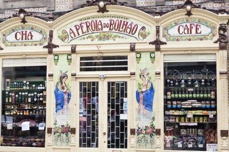Fachada art deco de una tienda tradicional en el centro histórico de Oporto