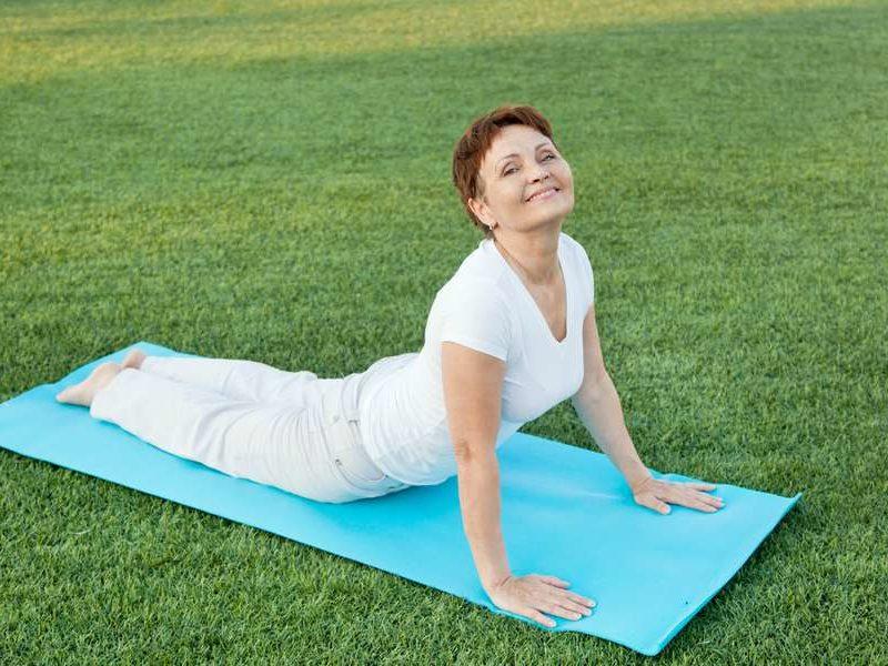 practicar yoga después de los 50