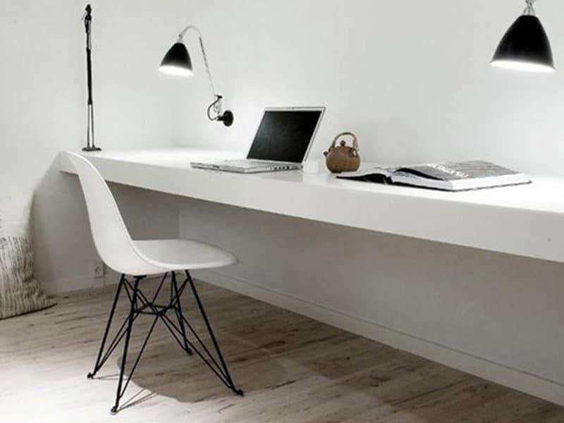 Mesa silla blancas pared suelo blancos cojines