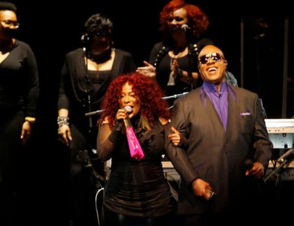 Chaka Khan y Stevie Wonder cantando en duo durante el concierto homenaje a Prince