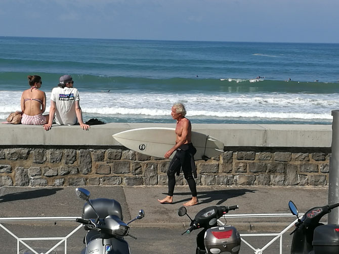 Un surfer muy Babú en la playa de la Côte des Basques en Biarritz