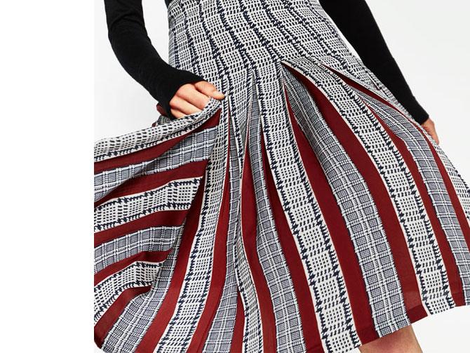 Falda plisada cuadros blanco y negro con lista de color de Zara.