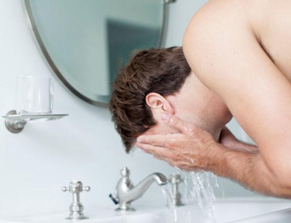 Limpieza facial masculina imprescindible dos veces al día. Foto:Gtres