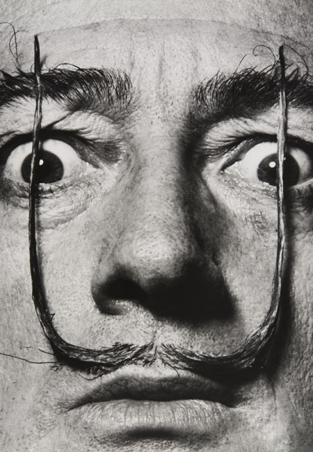 Philippe Halsman como-dos centinelas erguidos mi bigote custodia la entrada a mi verdadero yo. Dali´s-mustache 1954
