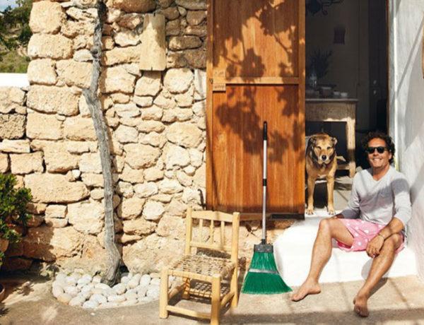 El decorador Luis Galliussi y su perra Kaki en Ibiza