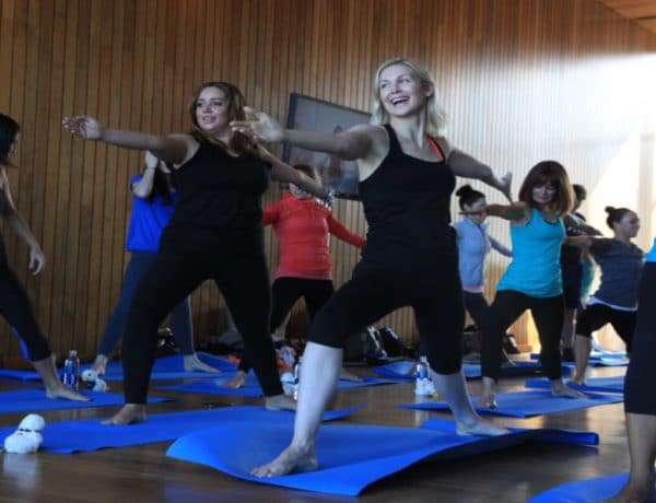 La acriz Kelly Rutherford haciendo yoga