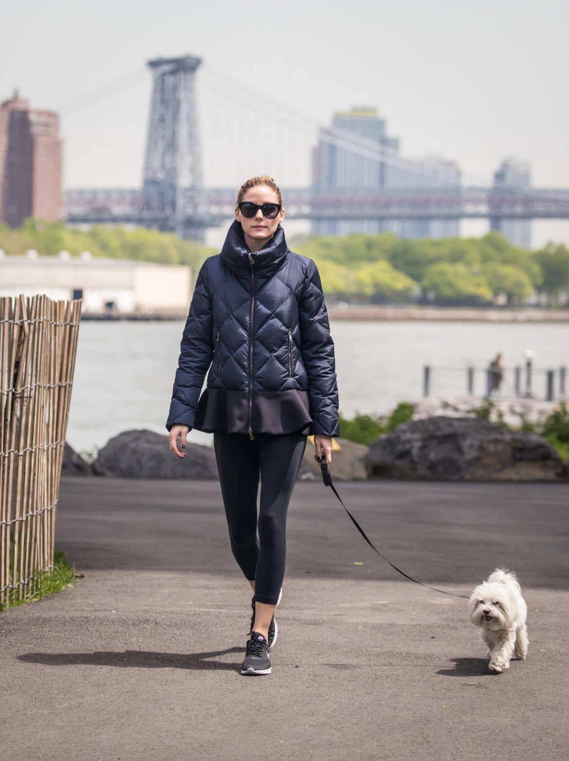Olivia Palermo paseando a su perro en Nueva York