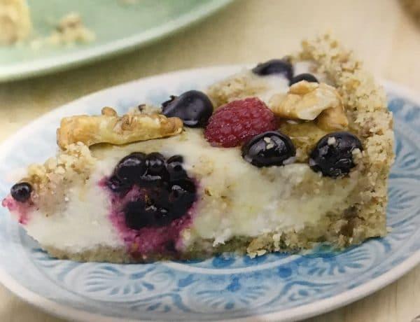 """Cheesecake de lima y frutos rojos variados crudivegano. Foto: libro """"Objetivo: el cheesecake perfecto"""" de Alma Obregón"""