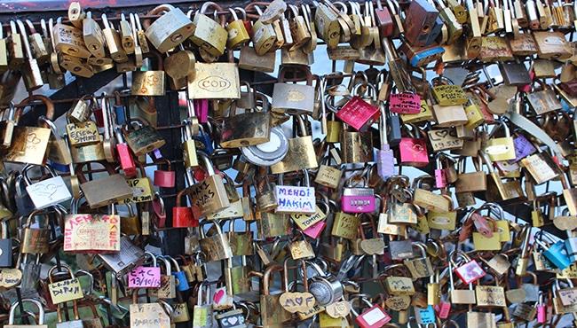 Candados del amor en el Pont Neuf.
