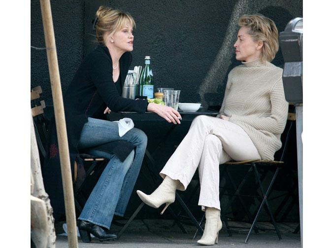 Sharon Stone y Melanie Griffith, preciosas y babús, se cuentan cómo les preocupa el envejecimiento de su cabello. Foto:gtres