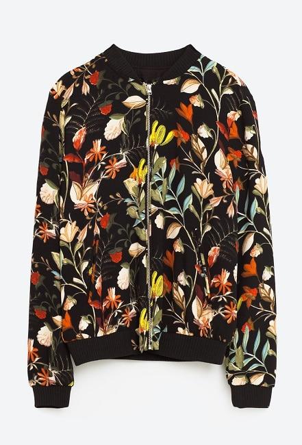 Bomber con estampado floral Zara (29,95 €)