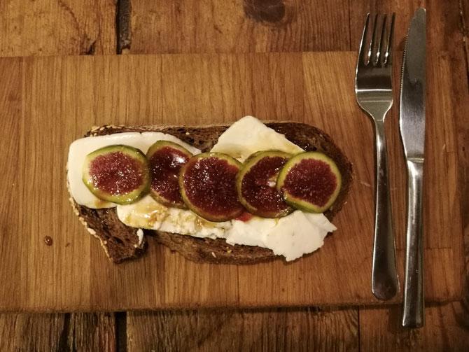 Tostada de queso fresco, higos verdes y sirope de arce