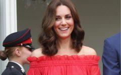 Kate Middleton con vestido rojo sin hombros de Alexander MacQueen. Foto:gtres