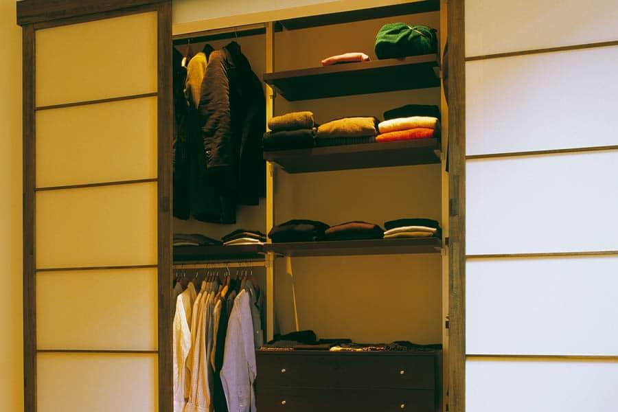 M todo de marie kondo o c mo ordenar tu armario bab magazine - Como ordenar tu armario ...