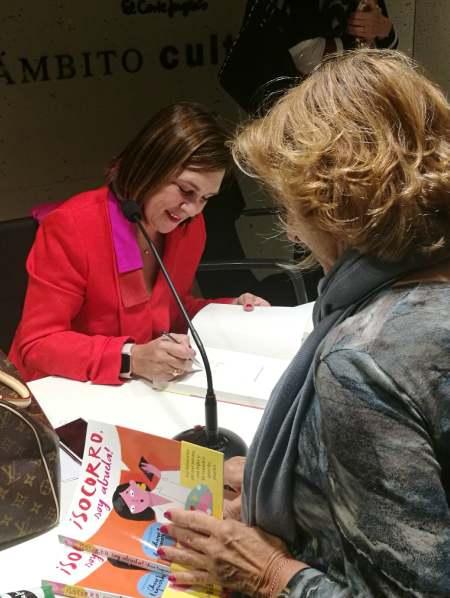 Charo firmando su libro en el Corte Ingles de Callao