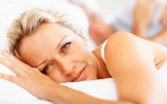 mujer de más de 50 en la cama