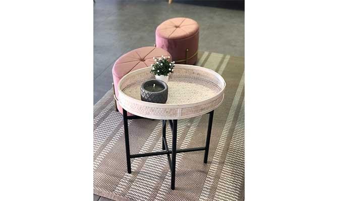 Mesa baja con taburetes y vela