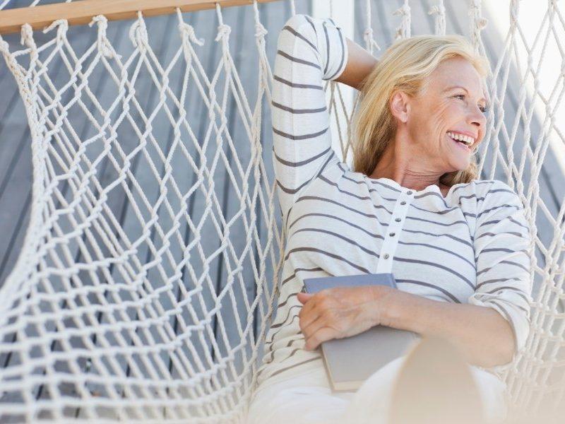 mujer gestionando su estres en una hamaca