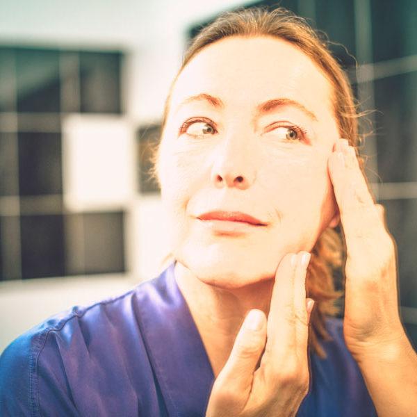 mujer de mas de 50 que se maquilla