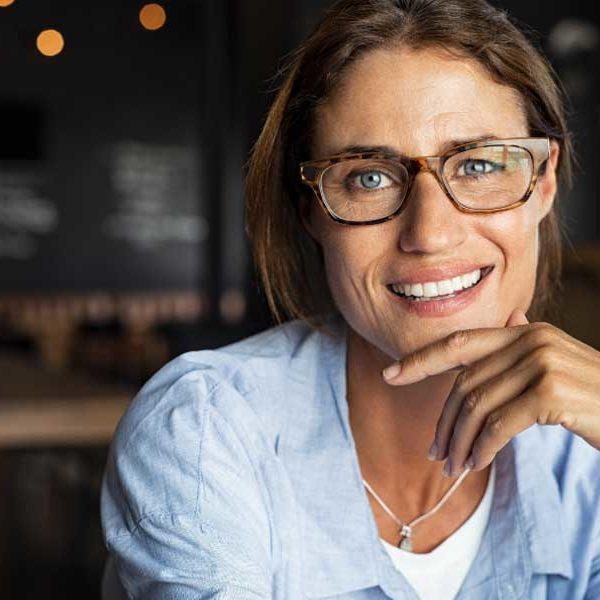 maquillarte los ojos mujer con gafas