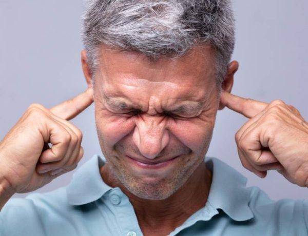 hombre molesto por el ruido