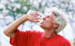 Hidratación COVID hombre bebiendo agua