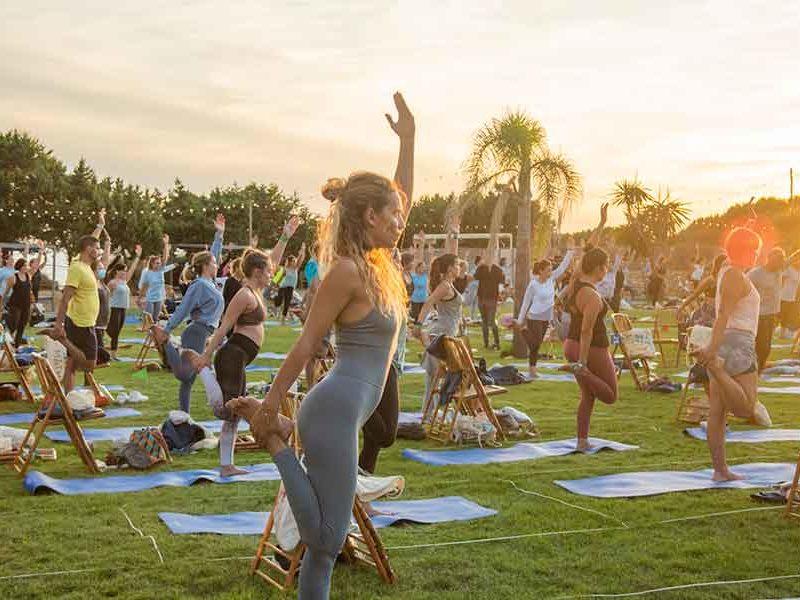 mujer haciendo yoga en Formentera Zen